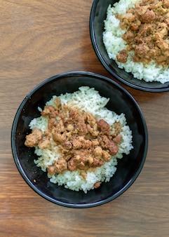 Riso con carne brasata, maiale in umido su riso cotto a tainan, taiwan. delicatezza del cibo di strada tradizionale famoso taiwanese. concetto di design di viaggio, primo piano. Foto Premium