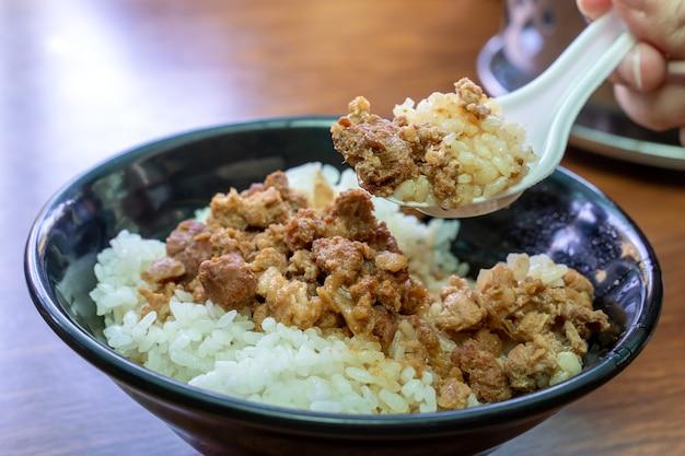 Riso con carne brasata, maiale in umido su riso cotto a tainan, taiwan. delicatezza del cibo di strada tradizionale famoso taiwanese. concetto di design di viaggio, primo piano.