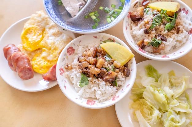 Brasato di maiale su riso - famosa prelibatezza del cibo di strada tradizionale di taiwan. maiale in umido con soia su riso.