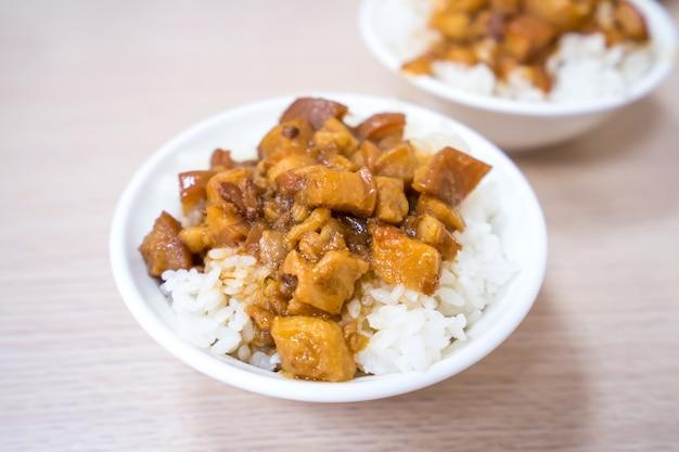 Maiale brasato con piatto di riso