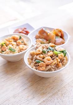 Gamberi brasati su riso - famoso cibo di strada tradizionale di taiwan. gamberi in umido con soia su riso cotto.