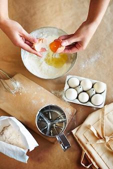 Sbattere le uova nella ciotola dell'impasto