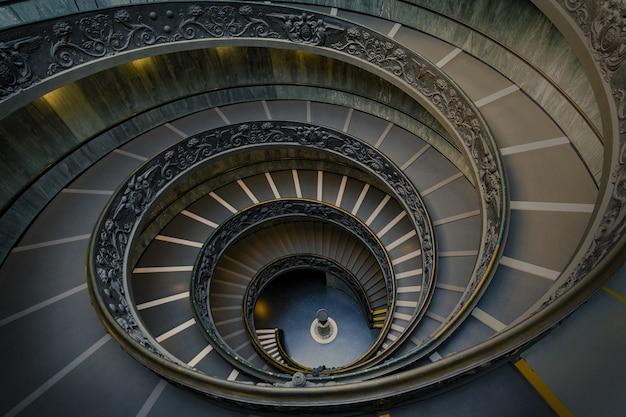 Scala del bramante ai musei vaticani Foto Premium