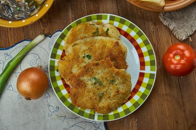 Bramboraky, frittelle di patate, cucina ceca, piatti tradizionali assortiti, vista dall'alto.