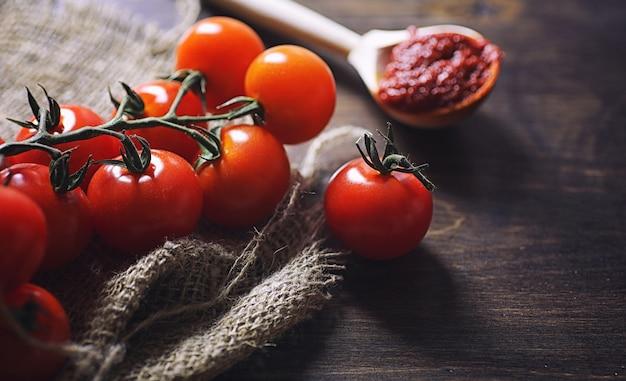 Ramo con pomodorini freschi. pomodori rossi maturi
