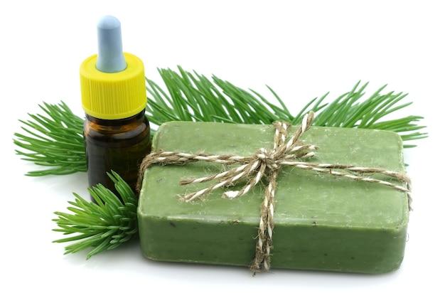 Rami di aghi con sapone e un olio essenziale