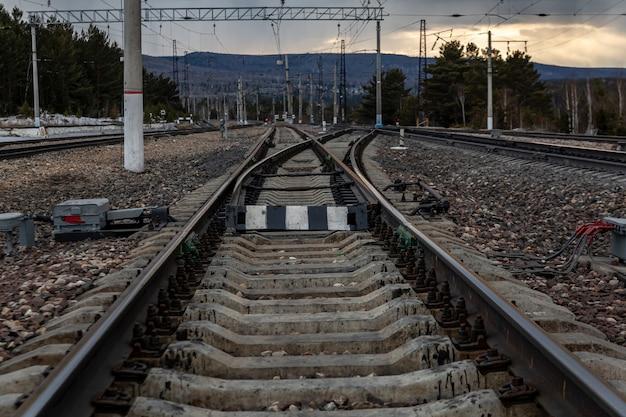 Diramazione di binari ferroviari alla stazione trasporto di merci su rotaia