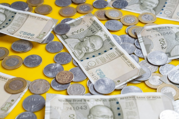 Le nuovissime banconote in valuta indiana da 50, 200, 500 e 2000 rupie.