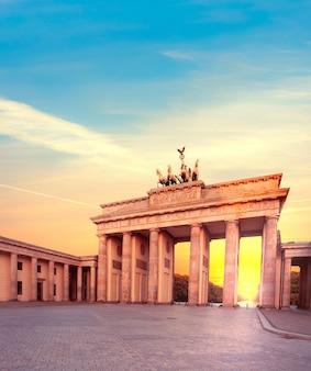 Porta di brandeburgo a berlino, germania al tramonto