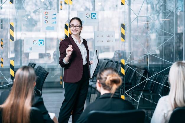 Seminario sulla strategia di branding. formazione avanzata aziendale. allenatore sorridente che ascolta i commenti.