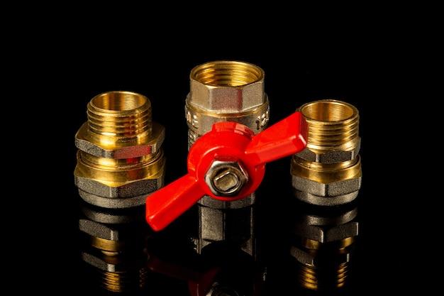 I raccordi e il rubinetto in ottone sono spesso utilizzati negli impianti idraulici e del gas