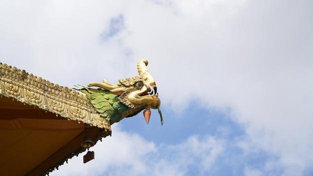 Statua in ottone sul tetto con il cielo