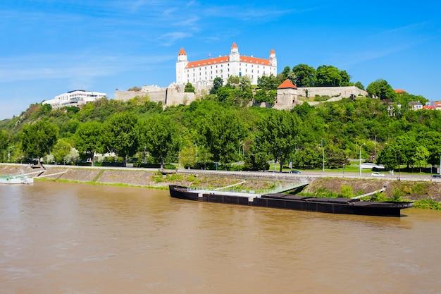 Il castello di bratislava o bratislavsky hrad è il castello principale di bratislava, capitale della slovacchia. il castello di bratislava si trova su una collina rocciosa sopra il fiume danubio.