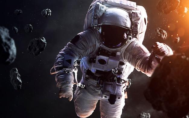 Coraggioso astronauta alla passeggiata spaziale. persone nello spazio. elementi di questa immagine forniti dalla nasa