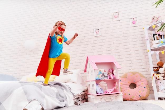 La bambina coraggiosa salta fuori dal letto