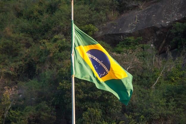 Bandiera del brasile all'aperto sulla sommità di un edificio a rio de janeiro in brasile.