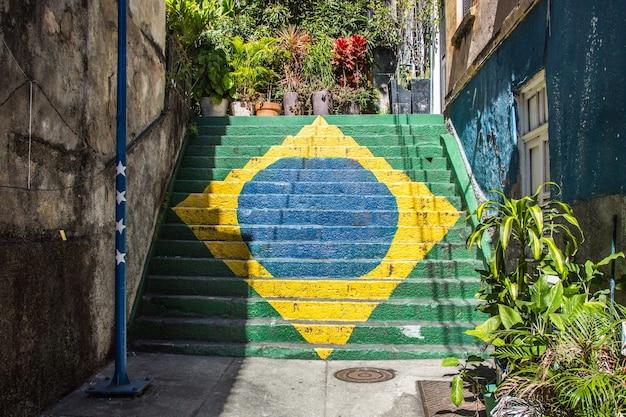 Bandiera del brasile dipinta su una scala sulla collina della concezione nel centro di rio de janeiro