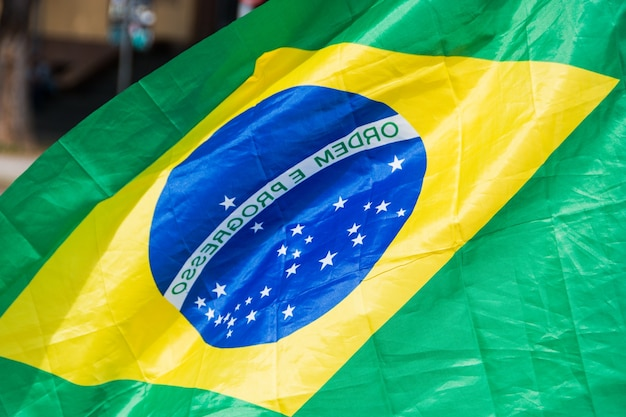 Bandiera del brasile capovolta all'aperto a rio de janeiro in brasile.