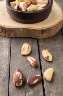 Noci del brasile su una ciotola su un tavolo di legno.