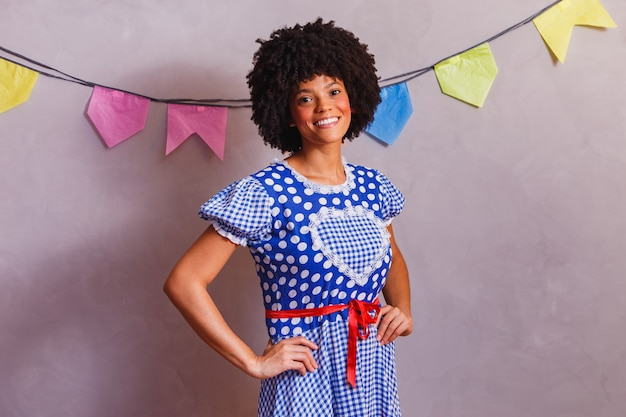 Donna afro brasiliana che indossa abiti tipici per la festa junina