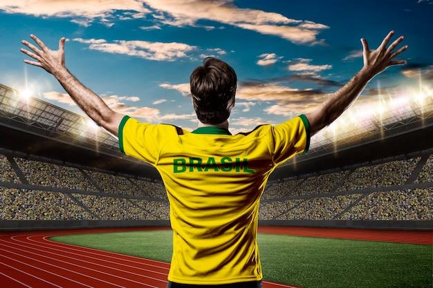 Atleta brasiliano che vince una medaglia d'oro su uno stadio di atletica leggera.