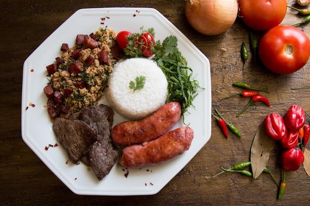 Piatto di cibo barbecue brasiliano su sfondo invecchiato vista dall'alto.