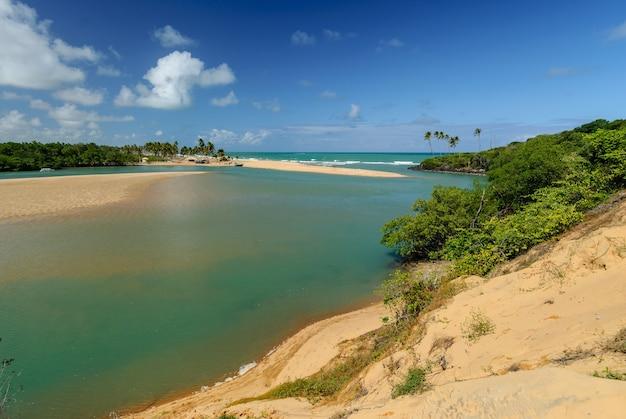 Spiaggia brasiliana e angrovie a barra de camaratuba beach vicino a joao pessoa paraiba brazil