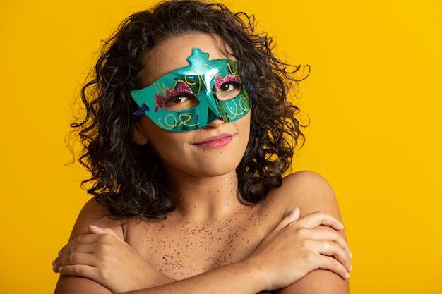Carnevale brasiliano. giovane donna in costume godendo la festa di carnevale.