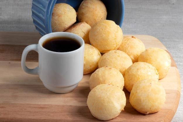Pane al formaggio brasiliano (pao de queijo) e caffè nero.