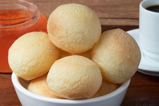 Pane al formaggio brasiliano (pao de queijo) da vicino.