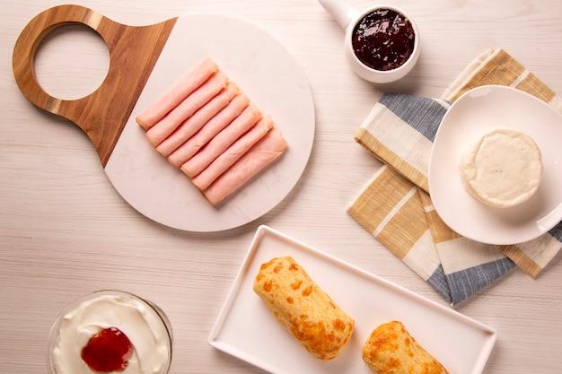Panini al formaggio brasiliano. caffè da tavola al mattino con pane al formaggio.
