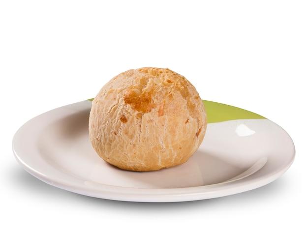 Panini al formaggio brasiliano in superficie bianca. pao de queijo.