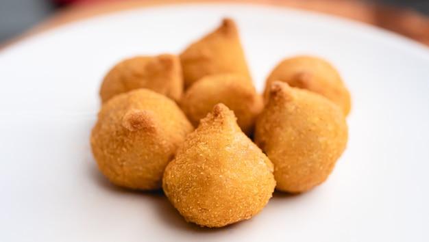 Crocchette di pollo brasiliane su un piatto bianco