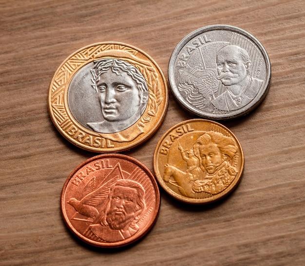 Monete brasiliane su un mobile in legno in una foto vista dall'alto