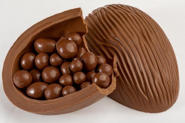 Uovo di cioccolato pasquale brasiliano, isolato su superficie bianca.