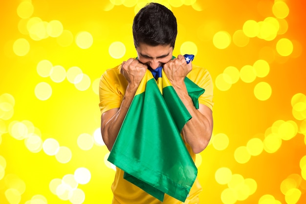 Fan brasiliano festeggia su sfondo giallo