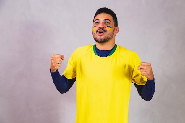 Tifoso brasiliano su sfondo grigio