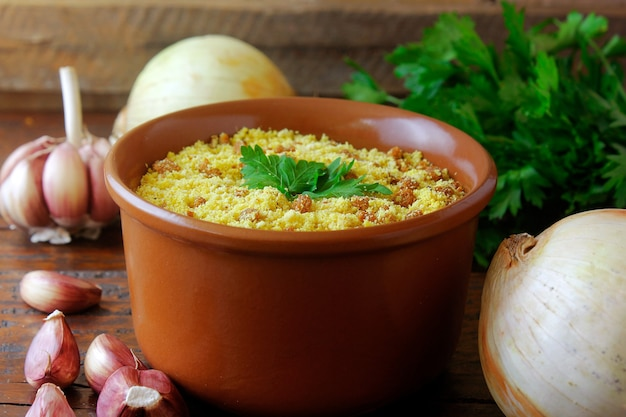 Farofa brasiliano. piatto tradizionale della cucina brasiliana a base di farina di manioca, molto utilizzato nelle feste e nel periodo natalizio. messa a fuoco selettiva