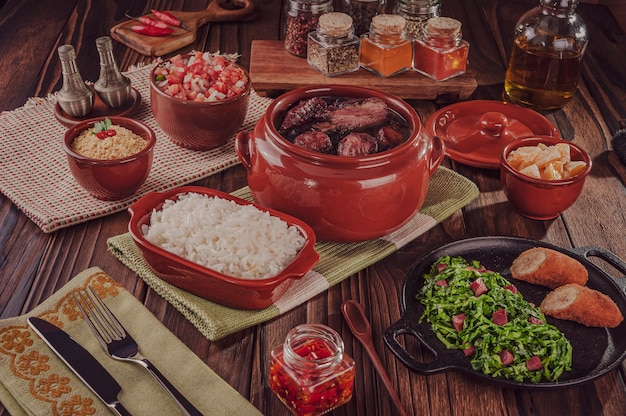 Feijoada brasiliana con costine di maiale affumicate, lombo e salsiccia