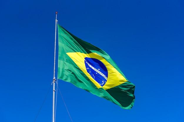 Bandiera brasiliana issata con cielo blu