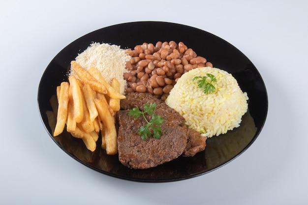 Piatto di cibo brasiliano con sfondo bianco.