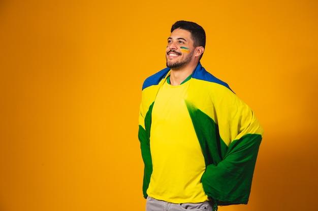 Emozioni dei tifosi brasiliani: festeggianti, emozionati, felici. il tifoso della nazionale di calcio brasiliana fa il tifo.