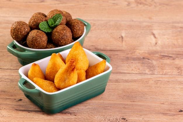Mix di snack salati fritti brasiliani con coxinha e kibbeh fritto