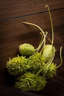 Cetriolino brasiliano, maxixe, acceso su un tavolo di legno.