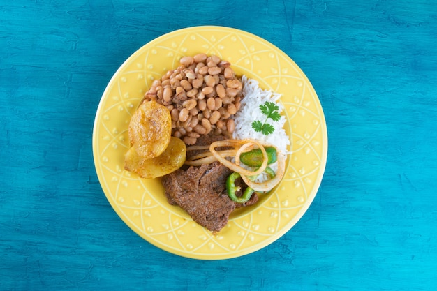 Piatto da pranzo brasiliano con superficie blu.