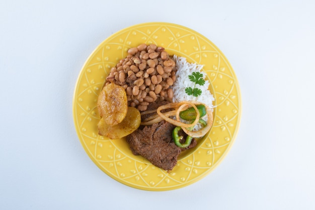 Piatto da pranzo brasiliano con superficie bianca.