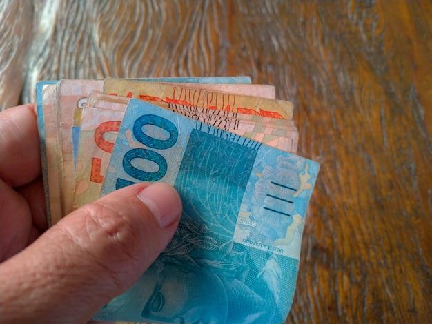 Depositi di denaro brasiliano in mano