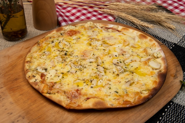 Pizza brasiliana con funghi, formaggio e origano, vista dall'alto