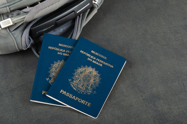 Passaporto brasiliano su sfondo grigio