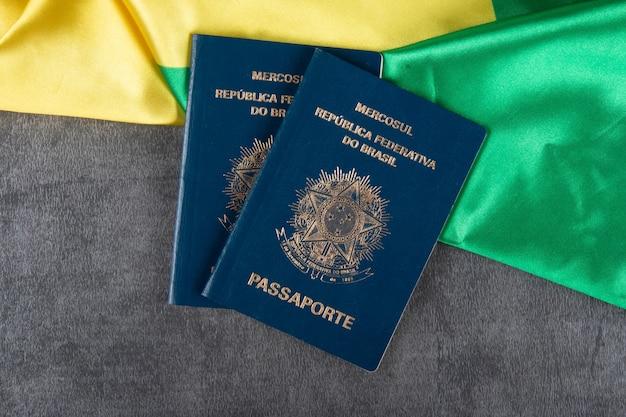 Passaporto brasiliano con bandiera brasiliana